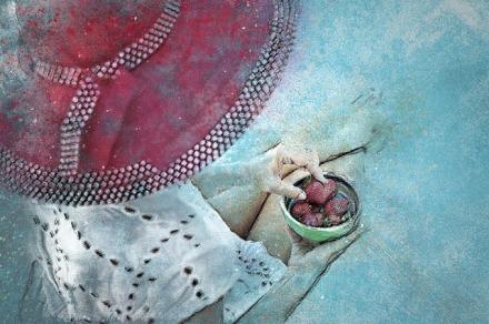 Frau mit rotem Hut und Erdbeeren | 365tageasatzaday